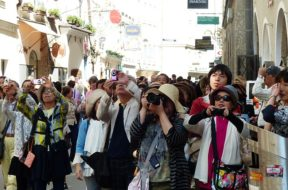 photo-tourists-116811_640